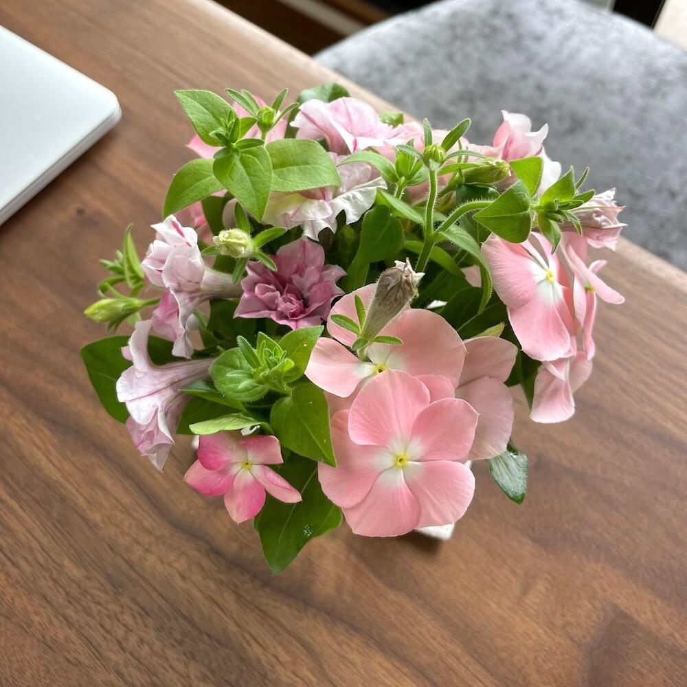 ベランダガーデンのお花でベースにブーケ挿し